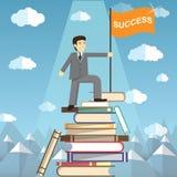 知识是道路对成功 在书顶部山的人  图库摄影