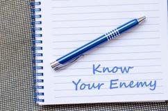 知道您的敌人在笔记本写 免版税库存照片