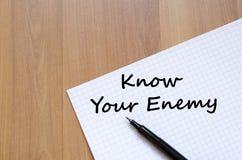 知道您的敌人在笔记本写 库存图片