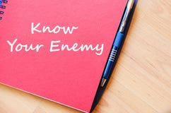 知道您的敌人在笔记本写 库存照片
