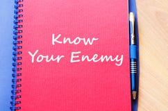 知道您的敌人在笔记本写 免版税库存图片