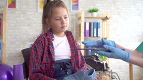 矫形医生告诉关于矫形皮鞋的内底的一个十几岁的女孩紧密  影视素材
