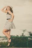 短上衣的美丽的减速火箭的样式女孩加点了礼服 免版税库存照片