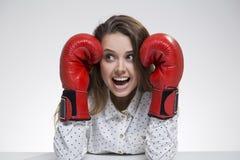 短上衣衬衣佩带的拳击手套的害怕的女孩 免版税库存照片
