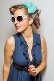 短上衣被加点的毛线衣的逗人喜爱的拉提纳女性 免版税图库摄影