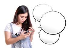 短信的女孩和闲谈消息泡影 库存图片