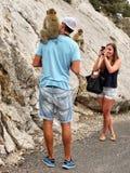 短尾猿和游人,直布罗陀岩石 免版税库存图片