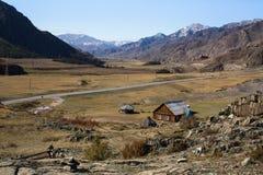 短文Kalbak塔什和在阿尔泰山的Chuya高速公路 库存图片