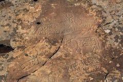 短文Kalbak塔什的刻在岩石上的文字 在阿尔泰山的古老岩石绘画 免版税库存照片