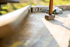 短槌和建造者在露台成水平 库存图片