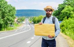 短的基本方向 在路边缘的人有胡子的旅行者立场有白纸标志的,拷贝空间 好处使用 图库摄影