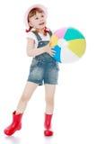 短的夏天短裤和起动的快乐的女孩 库存图片