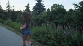 短的短裤的女孩参与户外运动 她在angoo跃迁鞋子跑 r 股票录像