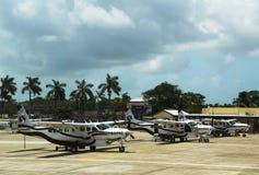 短程飞机准备好乘客在菲利普S.W. Goldson Airport在伯利兹 免版税库存照片