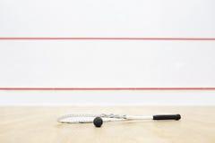 短网拍墙球设备和墙壁有红线的 库存照片