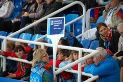 短艰苦跋涉速滑的XXII冬奥会志愿者 免版税库存照片