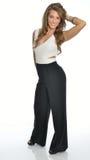 短装衣裤的美丽的年轻女商人 免版税库存图片