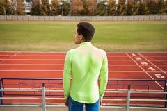 短跑选手在体育场内站立 库存照片