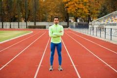 短跑选手在体育场内站立 免版税图库摄影