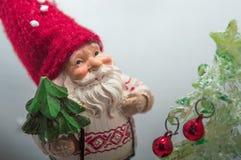 矮人和圣诞树的微型模型 库存照片