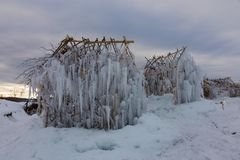 矮子不可思议的冰房子在冬天领域的 库存照片