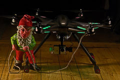 矮子举行与照相机的Hexacopter在hdr 库存图片
