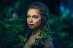 矮子妇女在森林里 免版税库存照片