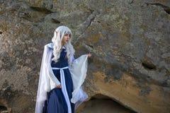 矮子服装的女孩在岩石附近 库存图片