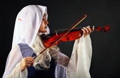 矮子服装的美丽的女孩有小提琴的 库存照片