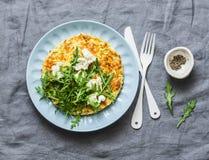 矮生西葫芦菜肉馅煎蛋饼用山羊乳干酪和芝麻菜-可口健康饮食食物,早餐,在灰色背景的快餐 图库摄影