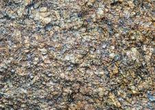 石与黑暗的参差不齐的被风化的设计装饰工艺的花岗岩纹理陶器灰色自然纹理光由石装饰制成 免版税库存照片