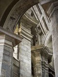 石专栏、资本和曲拱在一间老米兰大教堂 免版税库存照片