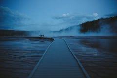 黄石中途喷泉水池微明 免版税库存图片