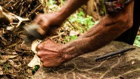 石人阿尔贝托古铁雷斯在Esteli,尼加拉瓜制作大多数的石头他的生活 库存图片