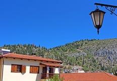 石传统房子和灯笼在卡斯托里亚,希腊 免版税图库摄影