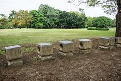 石位子在公园任意和平安地感觉 免版税库存图片