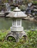 石佛教灯在日本庭院里 库存照片