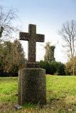 石十字架在一个老公园或墓碑在公墓,纪念 免版税图库摄影