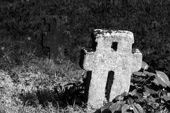 石十字架在坟园 免版税库存图片