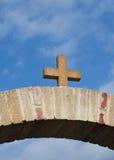 石十字架的看法在曲拱上的 免版税库存图片