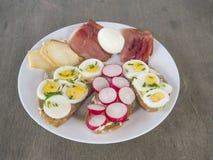 石南丛生的早餐或快餐,白色板材的关闭用面包与 免版税库存照片