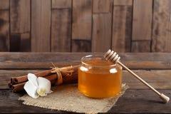 石南花蜂蜜和桂香在木桌上 库存照片