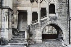 石台阶和修道院一个哥特式大厦的 免版税库存图片
