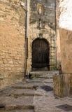 石台阶和老门在中世纪村庄戈尔代,横谷,普罗旺斯Alpes CÃ'te d的胡同` Azur,普罗旺斯, 免版税库存图片