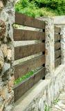 石和木头上篱芭 免版税库存照片
