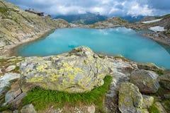 石和鲜绿色湖美妙的风景在法国阿尔卑斯 库存照片