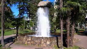 石喷泉在城市公园和在慢动作的飞溅水 股票录像