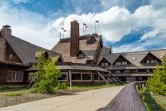 黄石国家公园老忠实的旅馆 免版税库存照片