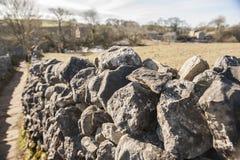 石块墙在英国乡下 免版税库存图片