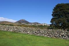 石块墙特点那些在唐郡Mourne山发现了在北爱尔兰 免版税库存照片